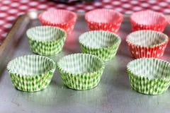 Бумажные оболочки булочки на таблице Стоковые Фото