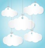 Бумажные облака вися веревочки на голубой предпосылке Стоковые Фото