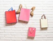Бумажные пакеты и женские ботинки Стоковое Изображение RF