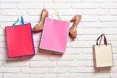 Бумажные пакеты и женские ботинки Стоковое фото RF