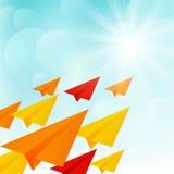 Бумажные самолеты в солнечном небе иллюстрация вектора