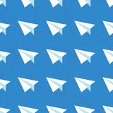 Бумажные самолеты с запутанными линиями безшовной картиной Повторять абстрактную предпосылку с бумажными самолетами и брошенными  Стоковое Изображение RF