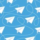 Бумажные самолеты с запутанными линиями безшовной картиной Повторять абстрактную предпосылку с бумажными самолетами и брошенными  Стоковое фото RF
