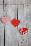Бумажные сердца вися на веревке для белья Стоковое Изображение
