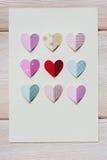 Бумажные сердца на деревянной предпосылке, с местом для текста Стоковые Фотографии RF