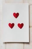 Бумажные сердца на деревянной предпосылке, с местом для текста Стоковые Фото