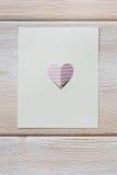 Бумажные сердца на деревянной предпосылке, с местом для текста Стоковая Фотография