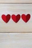 Бумажные сердца на деревянной предпосылке, с местом для текста Стоковое фото RF