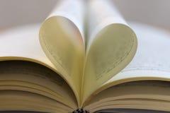 Бумажные сердца на книгах Стоковые Изображения