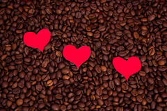 Бумажные сердца на предпосылке кофе Стоковая Фотография