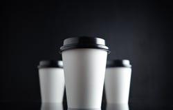 Бумажные стаканчики белого роскошного взятия отсутствующие установили черноту отраженный Стоковое Фото