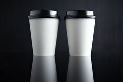Бумажные стаканчики белого роскошного взятия отсутствующие установили черноту отраженный Стоковые Изображения RF