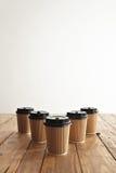 Бумажные стаканчики взятия картона Брайна отсутствующие при черные установленные крышки Стоковые Фотографии RF