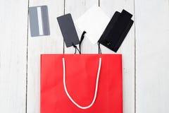 Бумажные хозяйственная сумка и ярлыки на деревянной предпосылке Плоское положение Стоковое Фото