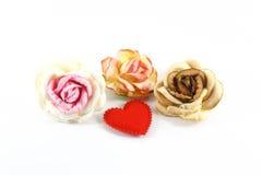 Бумажные цветки и красное сердце Стоковая Фотография