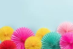 Бумажные цветки на голубом взгляде столешницы Предпосылка праздничного или партии Скопируйте космос для текста вектор иллюстрации стоковые фото