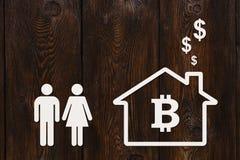 Бумажные человек, женщина и дом с bitcoin Абстрактная принципиальная схема Стоковое Изображение