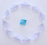бумажные шлюпки в картине круга и одна индивидуальная шлюпка в середине Стоковые Изображения RF