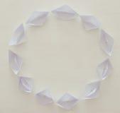 бумажные шлюпки в картине круга над деревянной предпосылкой Стоковая Фотография