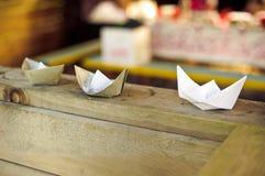 бумажные шлюпки на деревянных досках Стоковая Фотография RF