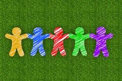 Бумажные люди на зеленой траве Стоковое фото RF