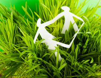 Бумажные люди на зеленой траве Стоковая Фотография RF