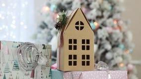 Бумажный двухэтажный дом под рождественской елкой Новый Год видеоматериал