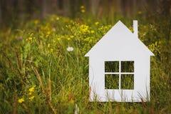 Бумажный дом на зеленой траве стоковые фото