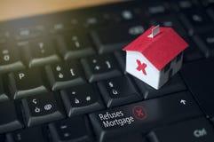 Бумажный дом на клавиатуре компьютера: ипотека и концепция займа Стоковые Фото