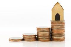Бумажный дом на стоге монеток постепенно поднимает к, использующ как финансовый, концепция денег займа стоковые фотографии rf