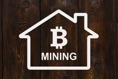 Бумажный дом с bitcoin внутри и МИНИРОВАНИЕМ текста Абстрактная принципиальная схема Стоковая Фотография RF