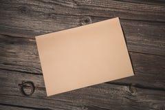 Бумажный лист на старой деревянной предпосылке стоковая фотография rf