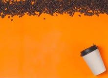 Бумажный контейнер кофе на предпосылке цвета Шаблон чашки питья для вашего дизайна Смогите положить текст, изображение, и логотип Стоковое Изображение