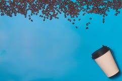 Бумажный контейнер кофе на предпосылке цвета Шаблон чашки питья для вашего дизайна Смогите положить текст, изображение, и логотип Стоковое Фото