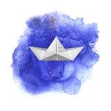 Бумажный корабль игрушки на предпосылке watercolored синью бесплатная иллюстрация