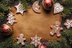 Бумажный лист, печенья пряника, елевое дерево и безделушки стоковая фотография rf