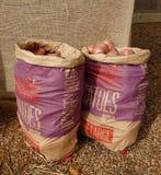 Бумажный мешок с картошками стоковое изображение rf
