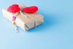 Бумажный обернутый пакет связанным Красное сердце на подарочной коробке Стоковое Фото