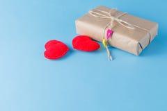 Бумажный обернутый пакет связанным Красное сердце на подарочной коробке Стоковые Фотографии RF