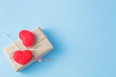Бумажный обернутый пакет связанным Красное сердце на подарочной коробке Стоковое фото RF
