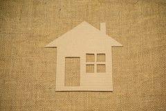 Бумажный дом на дерюге Стоковые Изображения RF