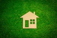 Бумажный дом на траве Стоковые Изображения