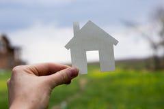 Бумажный дом против зеленой предпосылки имущество принципиальной схемы реальное Стоковое Фото