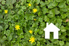 Бумажный дом против зеленой предпосылки имущество принципиальной схемы реальное Стоковая Фотография RF