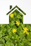 Бумажный дом против зеленой предпосылки имущество принципиальной схемы реальное Стоковые Фото