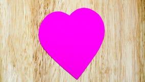 Бумажный пинк сердца на деревянной предпосылке Стоковые Фотографии RF