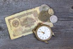 Бумажный рубль СССР и копейки на деревянной предпосылке стоковое изображение