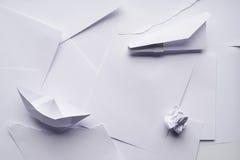 Бумажный самолет и шлюпка стоковые фото