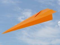 Бумажный самолет, дротик над предпосылкой неба Goind вниз Стоковые Фото