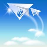 Бумажный самолет 2 с знаком электронной почты иллюстрация штока